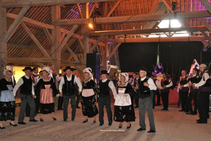 Danserien en Ellé musiques et danses bretonnes